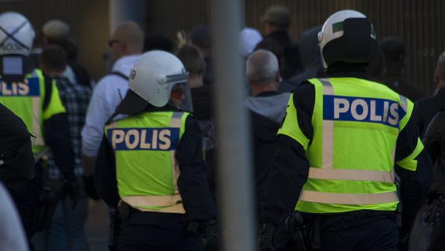 Som goda herdar vallade polisen demonstranterna till Gamla stan. Foto: Jakob Bergman / Nyheter Idag
