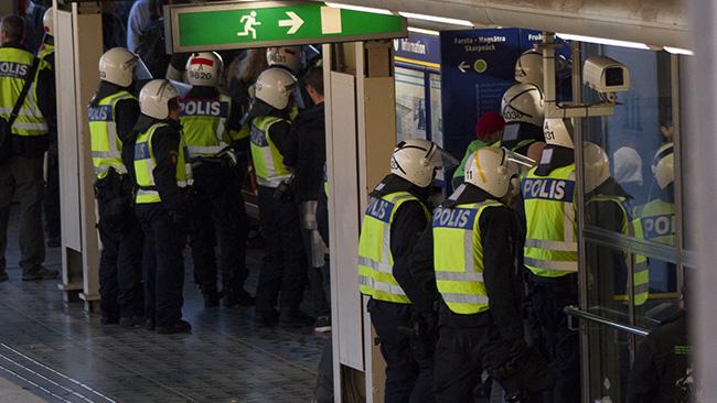 Polisen ser till att demonstranterna kommer på tåget ordentligt. Foto: Jakob Bergman / Nyheter Idag