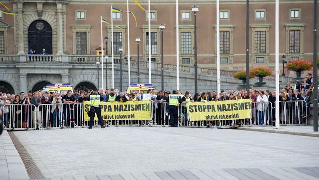 Motdemonstranterna hade med sig banderoller. Foto: Sven Pernils / Nyheter Idag