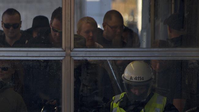 Demonstranterna får följa med polisen ned i tunnelbanan. Foto: Jakob Bergman / Nyheter Idag