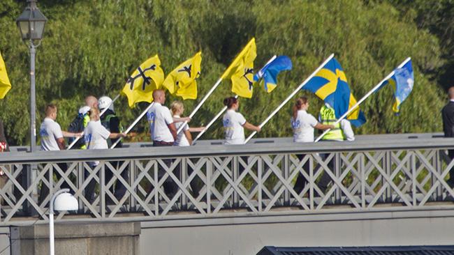 Här knallar förtruppen över Norrbron. Foto: Jakob Bergman / Nyheter Idag