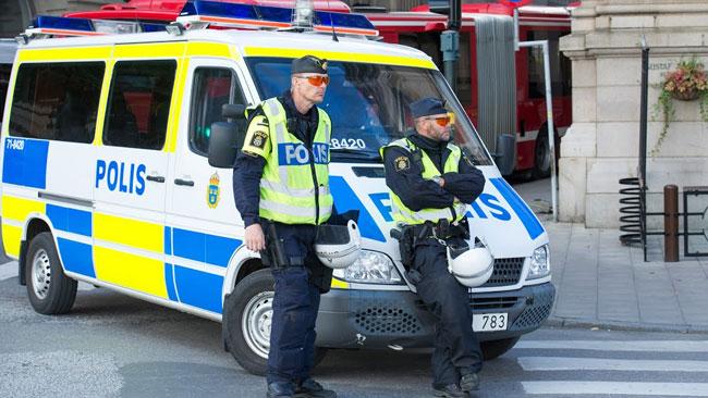 Två poliser håller vakt. Poliserna på bilden har inte med händelsen att göra. Arkivbild. Foto: Sven Pernils / Nyheter Idag
