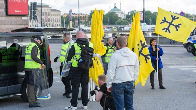 Svenskarnas parti hade flaggor med sig. Foto: Sven Pernils / Nyheter Idag