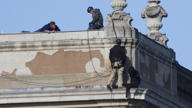 En av fasadklättrarna tas om hand. Foto: Jakob Bergman / Nyheter Idag