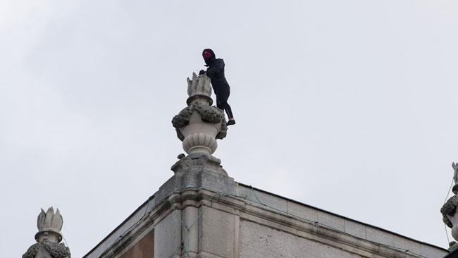 En person klättrade upp på ett tak. Foto: Sven Pernils / Nyheter Idag