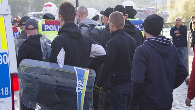 Demonstranterna var utrustade med egna kravallsköldar. Foto: Jakob Bergman / Nyheter Idag