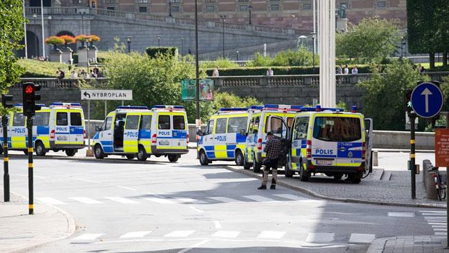 Polisbussar stod i en lång rad. Foto: Sven Pernils / Nyheter Idag