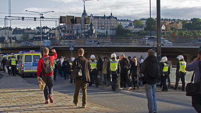 Demonstranter på promenad med poliseskort. Foto: Jakob Bergman / Nyheter Idag