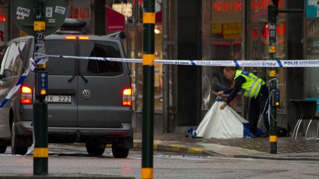 Efter en stund började polisen muppla med något som liknade ett minitält utanför lokalen. Foto: Chang Frick / Nyheter Idag