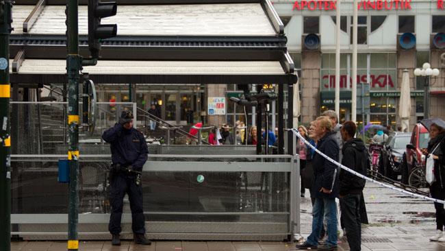 Det var många nyfikna åskådare som tittade på vid medborgarplatsen. Foto: Chang Frick / Nyheter Idag