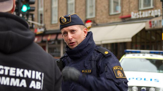 Polisen pratade med nyfikna åskådare. Foto: Chang Frick / Nyheter Idag