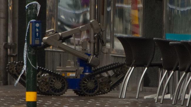 Det tog en stund innan roboten rullade in i lokalen. Foto: Chang Frick / Nyheter Idag