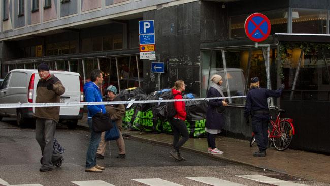 Samtidigt som dramat pågick fick polisen dirigera om fotgängare. Foto: Chang Frick / Nyheter Idag