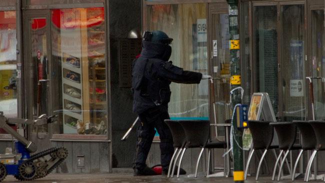 Försiktigt kände han på handtaget. Foto: Chang Frick / Nyheter Idag