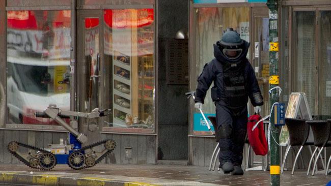 Här ser vi polisens bombtekniker bredvid bombroboten. Foto: Chang Frick / Nyheter Idag