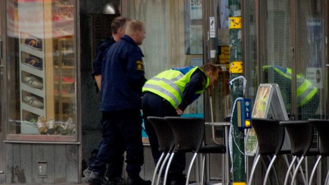 Polisen var försiktiga och tittade efter noga innan de gick in på växlingskontoret för att jobba vidare. Foto: Chang Frick / Nyheter Idag