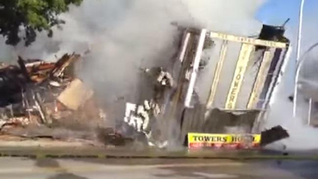 Här rasar det brinnande huset med hjältekatten inuti. Foto: Faksimil / Youtube