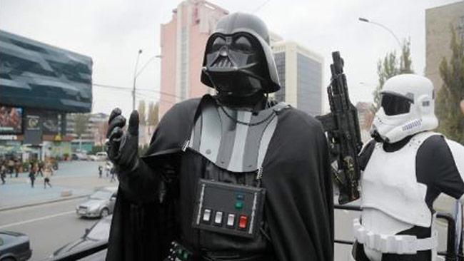 Här står Darth Vader tillsammans med en valarbetare i Ukraina. Foto: Twitter