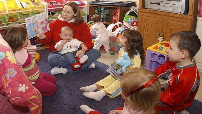 Personalbrist gör att förskolor uppmanar föräldrar att stanna hemma med sina barn