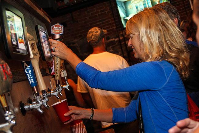 Så här glad blir man när man själv får hälla upp öl. Foto: Robotpubgroup.com