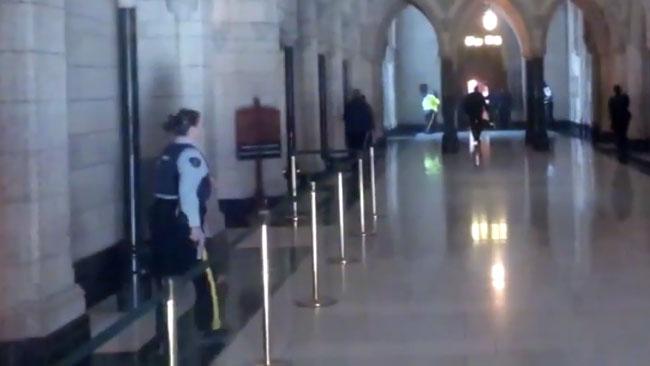 Här ingriper polisen mot den misstänkta gärningsmannen i Kanada. Foto: Faksimil Youtube