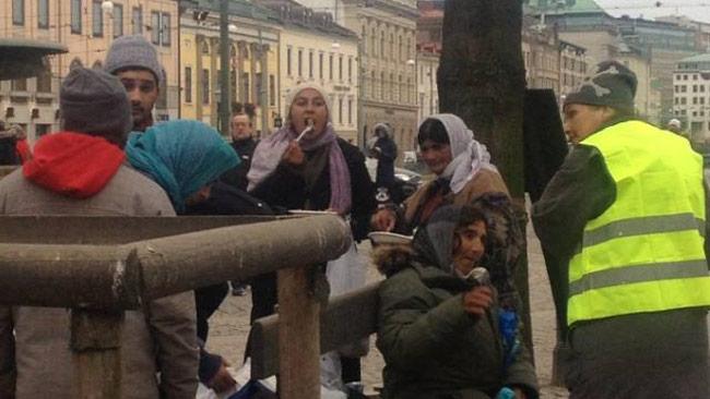 Det var många som kom till Brunnsparken när det skulle delas ut kläder till hemlösa. Foto: Privat