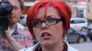 Arg feminist försöker stoppa ett möte hon inte tycker om. Foto: halloftheblackdragon.com
