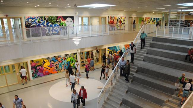Söndrumskolan är dekorerad med grafitti på väggarna. Foto: halmstad.se