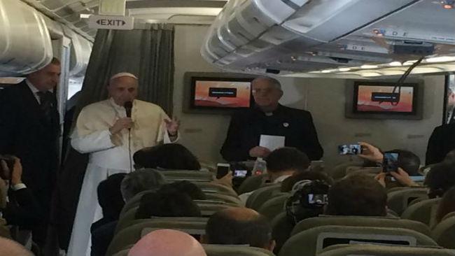 Påven på sitt flyg mot Manila. Foto: Faksimil Twitter