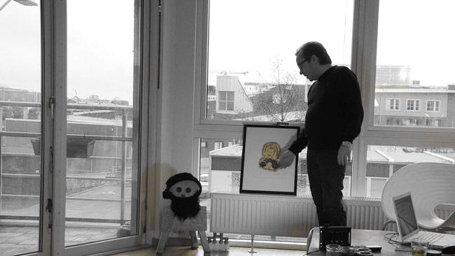 Henrik Rönnquist berättar om verk av Dan Park. Foto: Chang Frick / Nyheter Idag