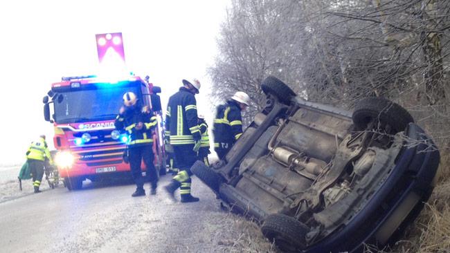 En bil har åkt av vägen utanför Upplands Väsby under lördagen. Foto: Stefan Reinerdahl