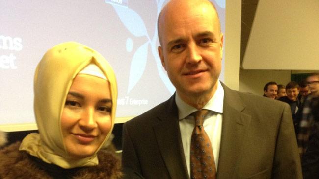 Büsra Kocatürk förefaller ha ett gediget engagemang i Moderaterna. Här tillsammans med förre statsministern Fredrik Reinfeldt. Foto: Twitter