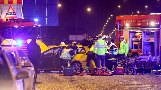 Räddningspersonal vid bilolycka vid Arlanda. Foto: Stefan Reinerdahl