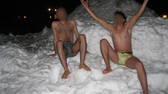 Två syriska flyktingar protesterar nakna i snön. Foto: Jens Ganman