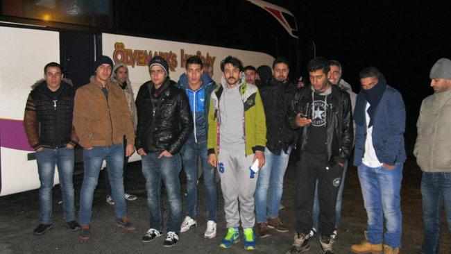 De syriska flyktingarna vägrar lämna bussen i protest. Foto: Jens Ganman