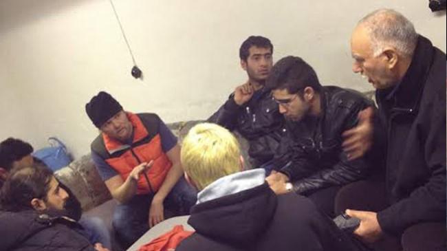 Här pratar Jens med flyktingarna från Syrien och Irak. Foto: Privat