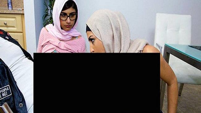 En av bilderna som florerar på nätet där Mia Khalifa spelar in porr iklädd hijab.