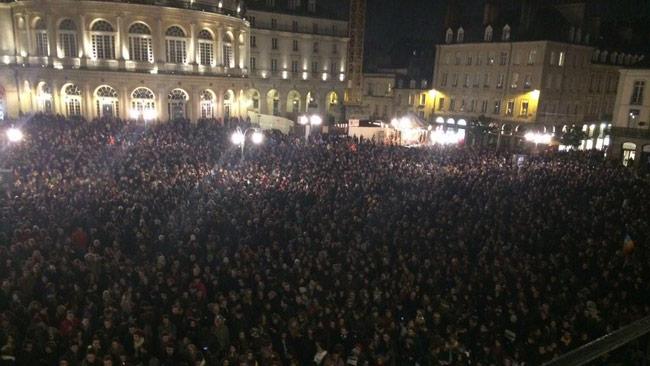 Tusentals människor samlas nu i Frankrike. Foto: Twitter @mikeykaynyc