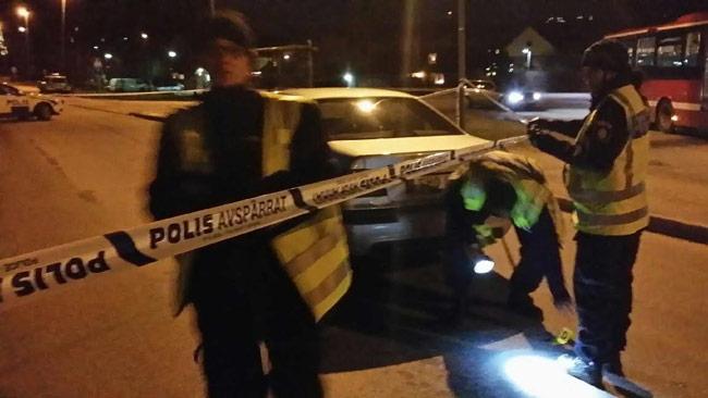 Polisen undersöker platsen i Tullinge. Foto: Thomas Gjutarenäfve