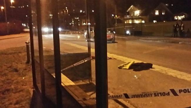 Här ligger den knivskurnes jacka på marken enligt poliser på plats. Foto: Thomas Gjutarenäfve