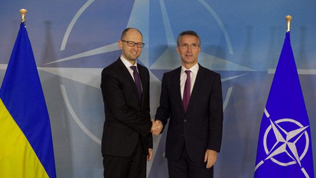 Om Nato går in militärt i Ukraina kan konflikten med Rysslands förvärras mycket snabbt. Ukrainas premiärminister Arseniy Yatsenyuk (t.v) och Natos generalsekreterare Jens Stoltenberg (t.h). Foto: nato.int