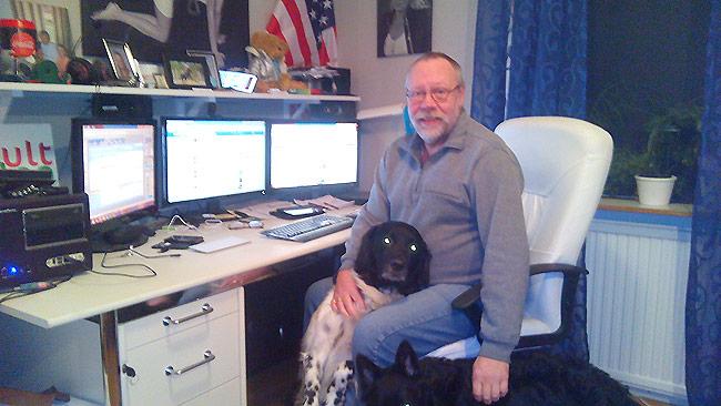 Här sitter Kjell med sina hundar och administrerar Facebooksidan om att stoppa tiggeriet. Foto: Privat