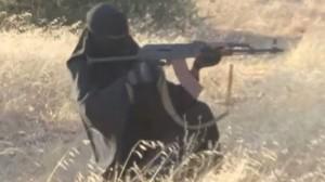 En kvinnlig IS-krigare med en rysk automatkarbin. Foto: Faksimil Youtube