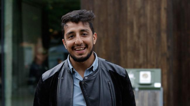 En glad Ehsan Fadakar i blåsväder. Foto: Chang Frick / Nyheter Idag