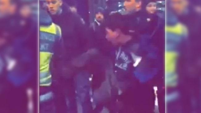 Här ser vi nioåringen sparka en väktare i ryggen. Foto: Faksimil ur video från Facebook