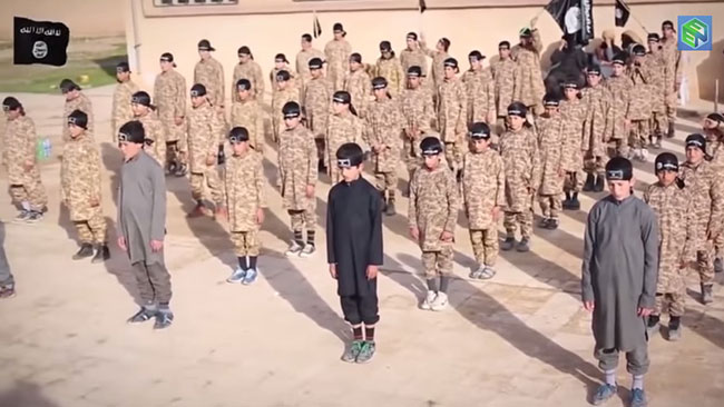 Barnsoldaterna står uppradade under en övning. Foto: Faksimil Youtube