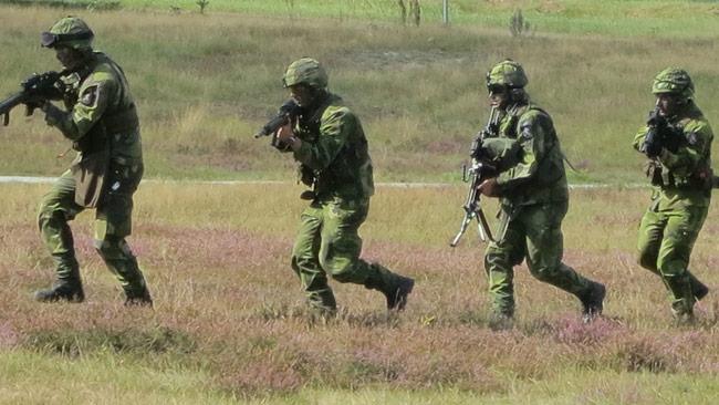 Om soldaterna på bilden gått genusutbildningen vet vi inte, men alla svenska militärer ska omfattas av den nya sluga planen. Foto: Wikimedia Commons