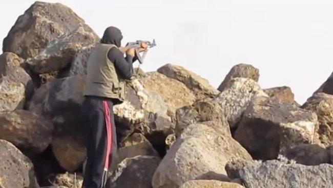 En syrisk rebell som krigar. Foto: Faksimil Youtube