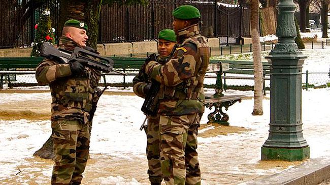 Franska militärer patrulerar i Paris. Foto: Wikipedia