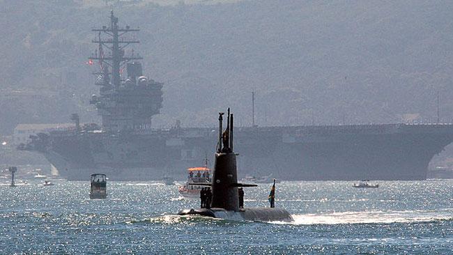 HMS Gotland närmar sig det amerikanska hangarfartyget USS Ronald Reagan under en övning. Foto: Wikipedia